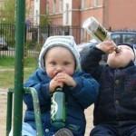Дети пьют