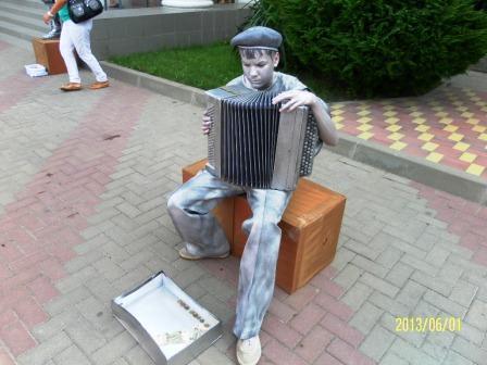 Ожившая скульптура гармониста